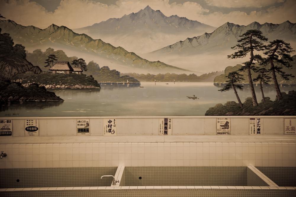 Внутри бани можно увидеть впечатляющие картины на стенах, а также традиционные рекламные щиты из периода Мэйдзи.