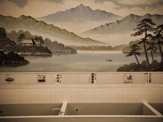 Inside the bath house you can see spectacular paintings on the walls as well as traditional advertising boards from the Meiji era.