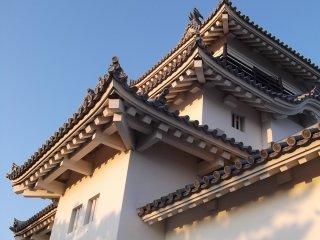 Les ailes du château le font paraitre bien plus grand qu'il ne l'est vraiment