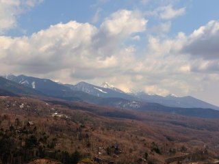 女神湖から臨む蓼科山・北八ヶ岳を臨む。天候は残念ながら、下り坂のようだ