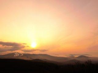 ビーナスラインの夕日ヶ丘展望台から!正面は車山高原か霧ケ峰だろうか?