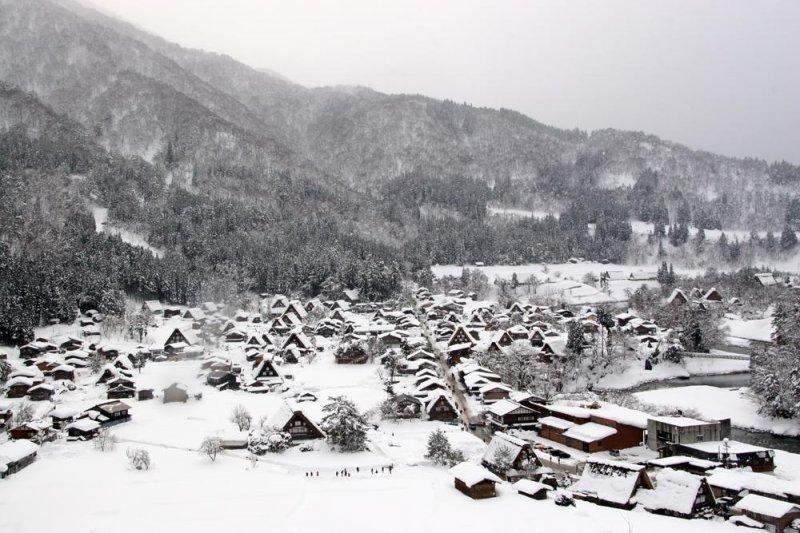 <p>Поселок видно с точки на вершине соседней горы</p>