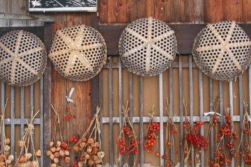 <p>Вот так местные жители сушат перец чили в деревне Сиракава-го.</p>