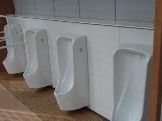 Fasilitas umum di Jepang selalu peduli pada penyandang diabilitas, lihat betapa hal ini sudah direncanakan di area toilet ini.