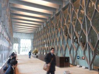 Lobby utama dengan design struktur baja