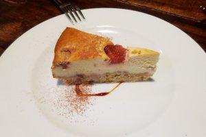 Cheesecake stroberi rumahan - tidak terlalu manis, tapi sangat cocok untuk santapan setelah makan siang