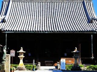 Ruang utama dari Kuil Dodoji yang terdiri dari dua patung Kannon (Dewi Murah Hati) yang memiliki 1000 tangan, satu menghadap ke selatang dan yang satu menghadap ke utara