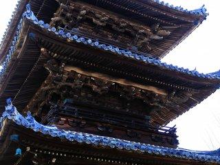三重塔は県指定の文化財。木肌がとても美しい