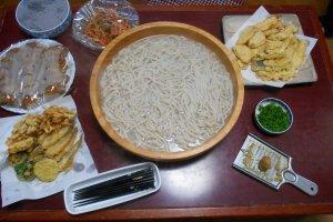 Le dîner : des udon et des tempuras.