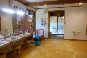 La salle permettant de se préparer après les bains