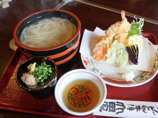 Kama-age Udon; mie udon tanpa rasa yang panas disajikan dengan teko dan tempura