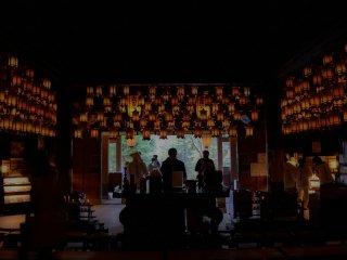 Những người hành hương cầu nguyện tại Hondo (Chính điện)