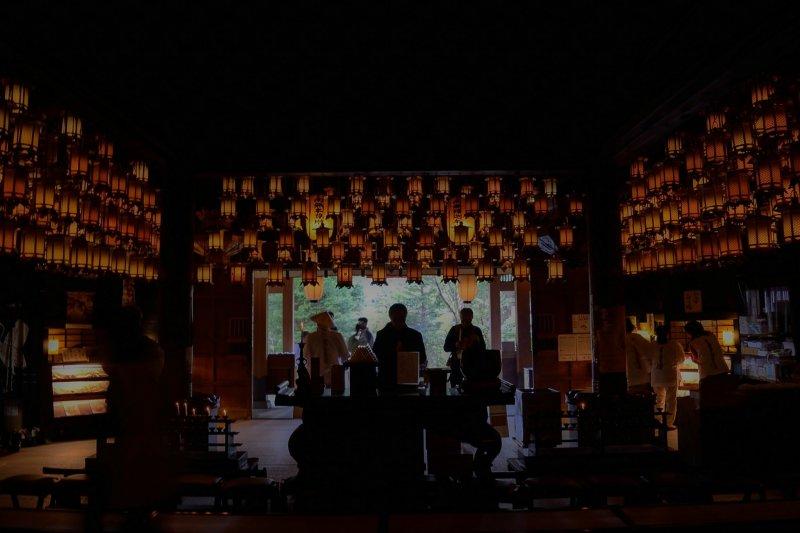 <p>Pilgrims praying in Hondo (Main Worship Building)</p>