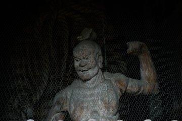 부처의 보호하는 니오의 동상은 문 바로 안쪽에 서있다.