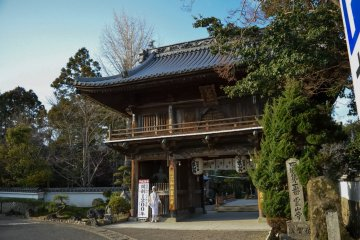 <p>San-mon Gate (Niou-mon Gate) is the entrance of the temple</p>