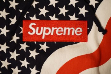 <p>Supreme box logo hoodie</p>