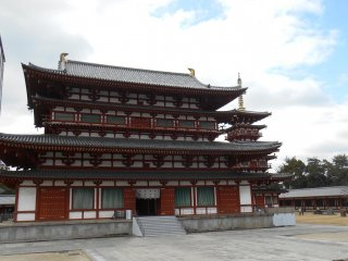 The main Hall Kondo, and the west pagoda. The east pagoda is for the moment under construction so not visible.