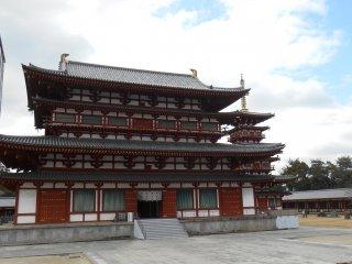 Sảnh chính Kondo và chùa phía tây. Chùa phía đông hiện đang được xây dựng nên không thể nhìn thấy được.