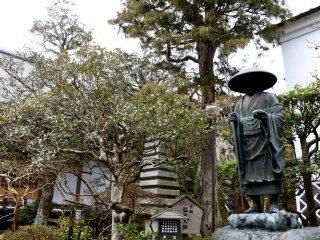 境内に建つ弘法大師 ( 空海 ) のブロンズ像