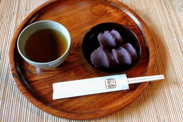 <p>Tea and delicious Japanese akafuku sweets from the old-fashioned kitchen</p>