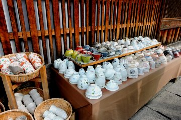 <p>Beautiful rice bowls and cups</p>