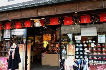 <p>Stylish store selling scarves, handkerchiefs, furoshiki and other cloth products</p>