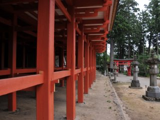 The pillars of the main hall are painted vermilion red to represent the color of the sunrise.