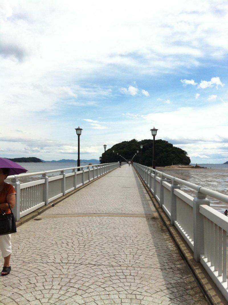 สะพานที่ทอดตัวยาวสู่ทะเคะชิมะ