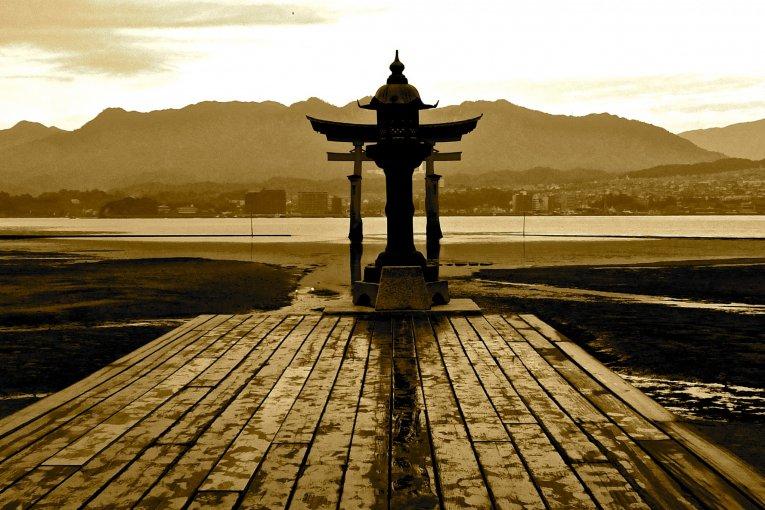 Đền Itsukushima khi thuỷ triều thấ