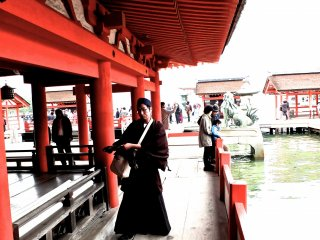 A layman monk visiting the shrine