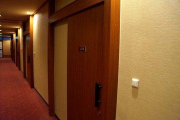 <p>방 문은 모두 미닫이 형식이에요.</p>