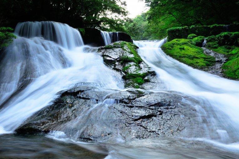 Um belo riacho de montanha