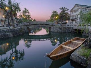 Les soirées claires, le ciel colore les rues et l'eau du quartier historique Kurashiki Bikan dans des teintes apaisantes
