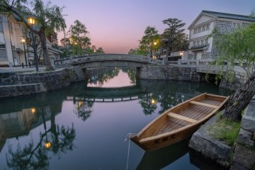 <p>On a clear evening, colorful skies paint the streets and waters of the Kurashiki Bikan Historical Quarter with vivid, calming hues.</p>