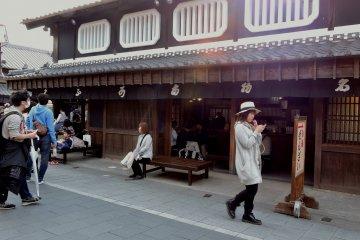 <p>Магазин Акафуку в Окагэ Йокотё</p>