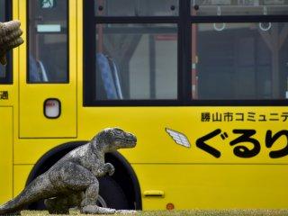 駅前広場の赤ちゃん恐竜