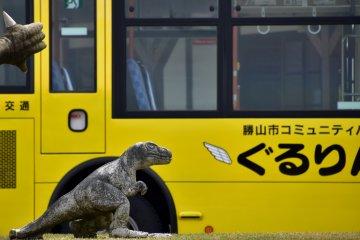 역 앞 교통 서클에 아기 공룡이 세워졌다