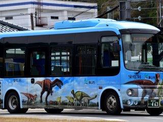 勝山駅を発着する福井恐竜博物館行きバス