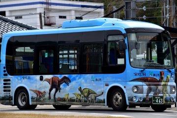 가쓰야마 시 후쿠이 공룡 박물관으로 가는 공룡 버스