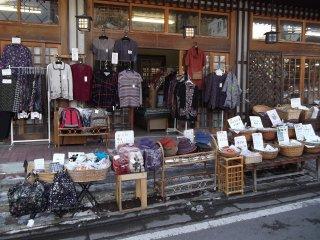 Rất nhiều cửa hàng bày bán mặt hàng bên ngoài