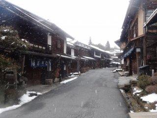 บ้านไม้เก่าแก่ที่ถูกแต่งแต้มด้วยสีขาวของเกล็ดหิมะ
