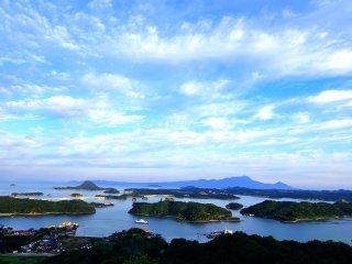 背中に朝陽を受け、素晴らしい景勝地を臨む。天草松島と天草五橋が見える