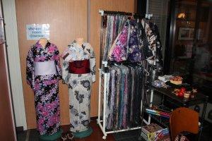 Yukata berdisain rumit memberi tempat ini pesona Timur yang mengagumkan