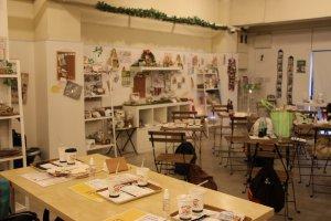 Le Owl café fait à la fois office de café, et de boutique, vendant plusieurs objets estampillés à l'effigie des animaux