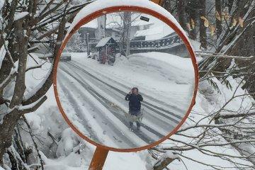 <p>เดินฝ่าหิมะไปบ้านพักบนเนินสกี ทั้งเมืองมีแต่หิมะ ฟินแบบแปลกๆ</p>