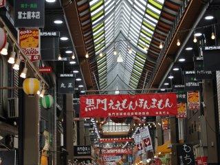 Le marché de Kuromon est entièrement couvert, dissimulé entre les immeubles, et se situe à proximité du quartier animé de Namba