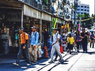 Touristes étrangers et Japonais se croisent dans les petites rues autour du marché de Tsukiji, venus goûter aux fruits de mer et poissons du jour