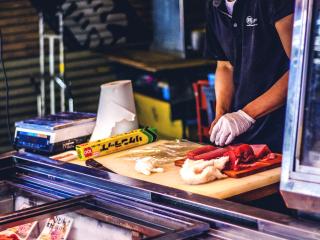 Les échoppes vendent de spendides découpes de divers poissons et d'anguilles, mais surtout le roi du marché reste le thon où les meilleures parties sont ici vendues à un prix accessible.