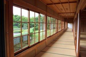 大広間「松風」への長い渡り廊下