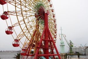 Like many Japanese big cities, Kobe has also its own ferris wheel, located in Harbor Land